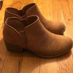 Qupid Tan Vegan Leather Booties NWOT 6.5
